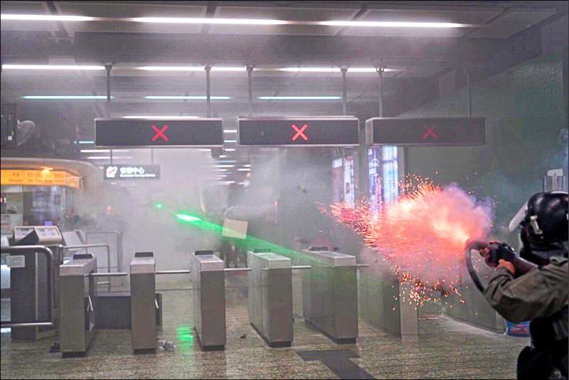 警方為驅離示威者,竟強闖港鐵葵芳站大廳,罔顧地鐵乘客安危,對內狂射催淚彈。(取自網路)
