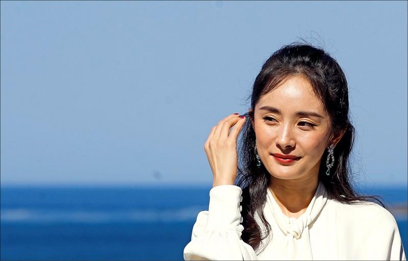 中國知名女星楊冪為凡賽斯有史以來第一位中國代言人,但她十一日火速宣布中止和凡賽斯的所有合作關係。圖為楊冪去年九月在西班牙巴斯克(Basque)聖塞瓦斯蒂安(San Sebastian)舉行的年度國際影展上,宣傳她主演的電影「寶貝兒」(Baby)。(歐新社檔案照)