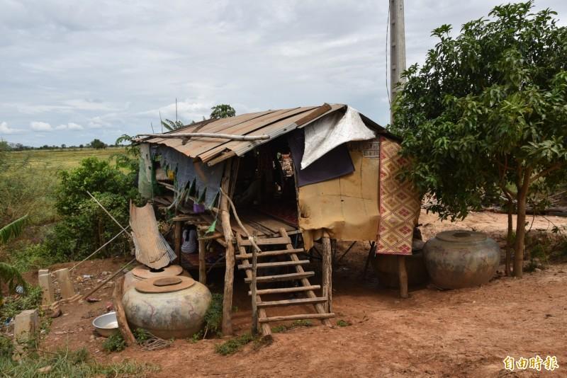柬埔寨馬德望省的Dontri村中,部分居民的房子僅靠木條與鐵片簡陋搭建。(記者吳柏軒攝)