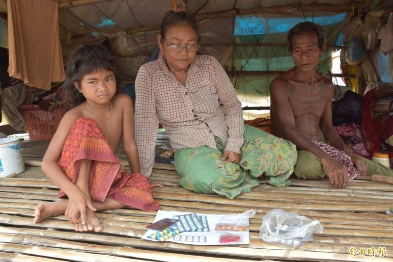 柬埔寨馬德望省的Dontri村中一戶,其家中有政府核發的貧戶證明,生病時會至公家的衛生中心看病,領取抗血壓藥,或至市場、商店買止痛藥、抗生素等。(記者吳柏軒攝)