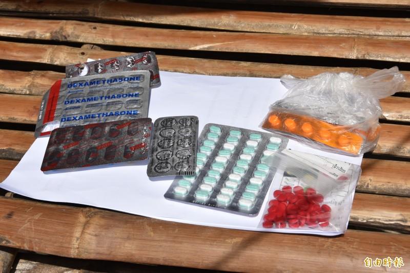 台北醫學大學國際志工服務團訪視柬國偏鄉的用藥習慣,檢視家戶藥品中有無偽藥問題。(記者吳柏軒攝)