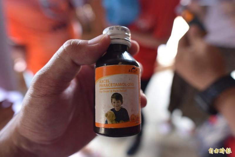 柬埔寨偏鄉的家戶中,出現的小兒用退燒藥。(記者吳柏軒攝)