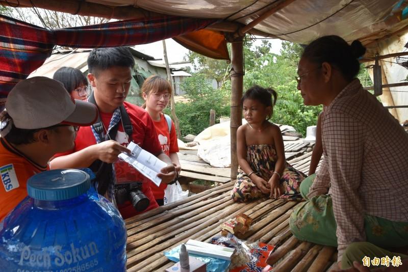 台北醫學大學「飛洋國際服務團」學生深入柬埔寨偏鄉,向居民宣導正確醫療衛教,盼居民能在居家建立「醫療包」,適時處置緊急傷病情況。(記者吳柏軒攝)