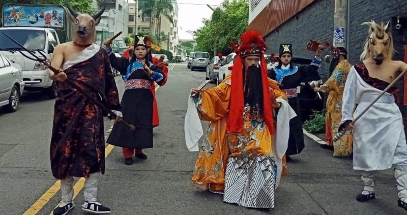 南投廣靈宮舉辦「城隍送平安粽」祭典科儀中,城隍爺在牛頭、馬面等將官首引駕出巡情形。(記者謝介裕翻攝)