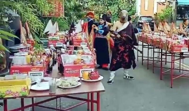 南投廣靈宮舉辦「城隍送平安粽」祭典科儀中,信眾準備豐盛供品表達敬意。(記者謝介裕翻攝)