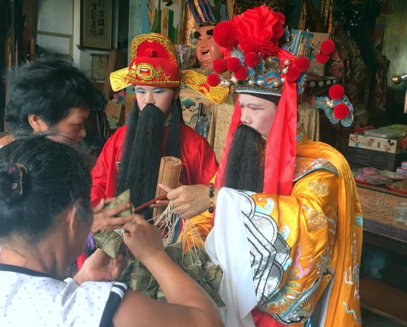 南投廣靈宮舉辦「城隍送平安粽」祭典科儀中,信眾領取粽子情形。(記者謝介裕翻攝)