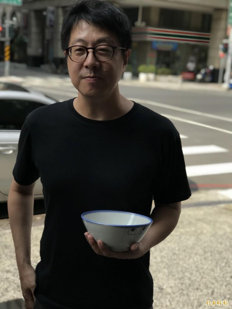 罷免韓國瑜團體今天上午9:30向高雄市警局申請大遊行,發起人之一尹立希望韓國瑜不要吃碗內看碗外。(記者黃良傑攝)