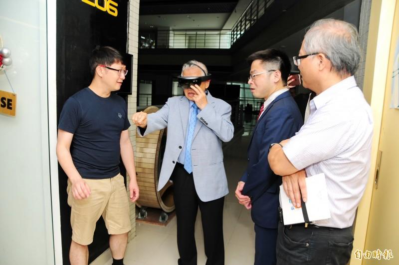 蕭中正醫療體系團隊參觀靜宜資訊學院「創客空間」,體驗3D列印及影像辨識應用。(記者歐素美攝)