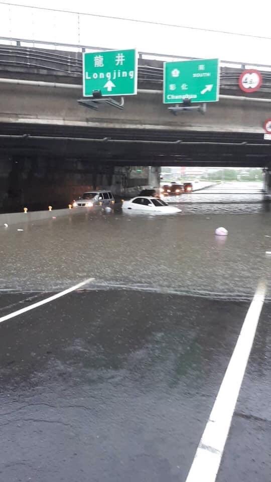 南屯交流道下涵洞五權西路往工業區方向因積水過深,已有自小客拋錨受困。(圖由民眾提供)