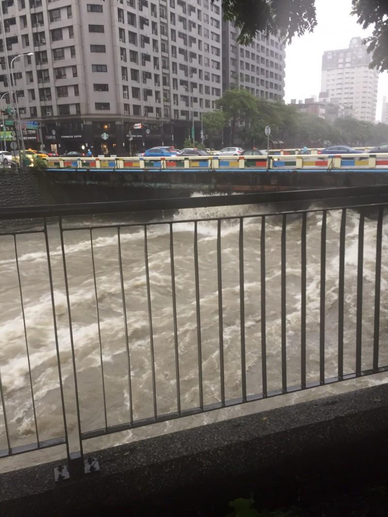 麻園頭溪溪水暴漲,溪水不斷沖撞橋樑。(圖由民眾提供)