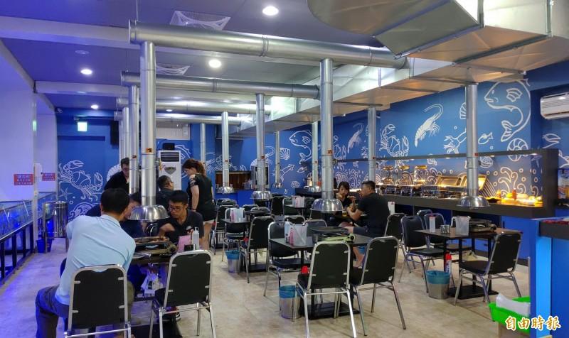 鑫全國水道蝦餐廳提供活蝦及百匯吃到飽。(記者張菁雅攝)