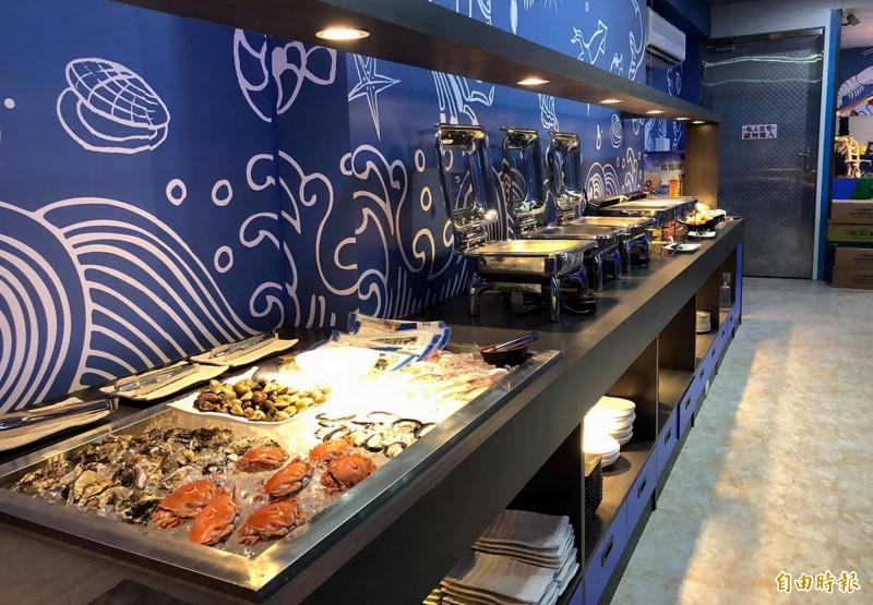 鑫全國水道蝦餐廳的百匯區有各式海鮮及熟食。(記者張菁雅攝)