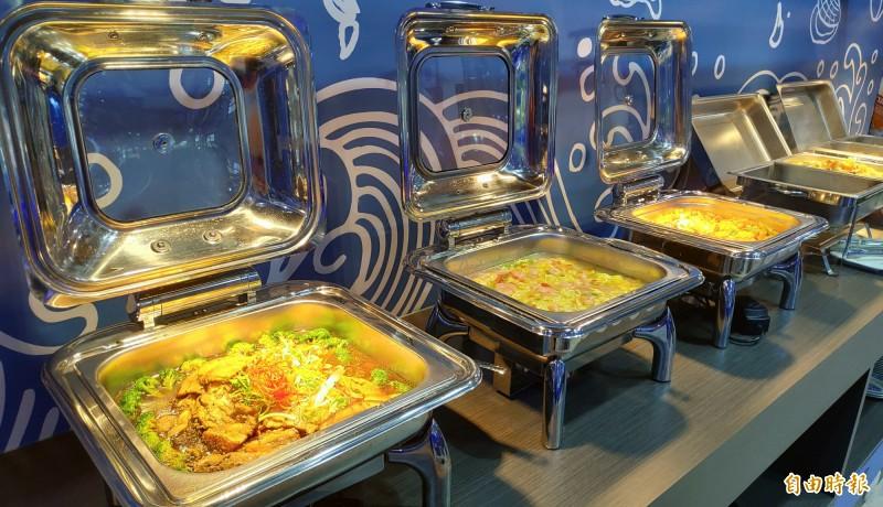百匯區的熟食每天變化菜色。(記者張菁雅攝)