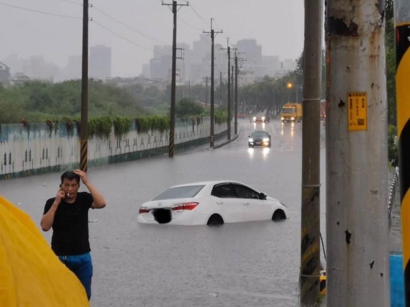 中市市區已有淹水、汽車拋錨現象。(記者張瑞楨翻攝自公民除銹工程)