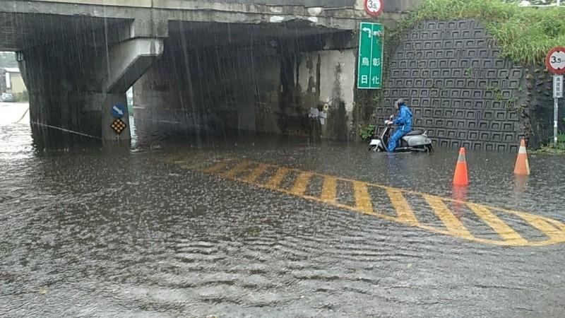 烏日區南榮路今早淹水,深度一度超過半個輪胎高,機車騎士擔心熄火不敢通過。(記者陳建志翻攝)