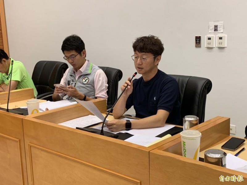民進黨議員江肇國認為無預算細目應該全案退回。(記者唐在馨攝)