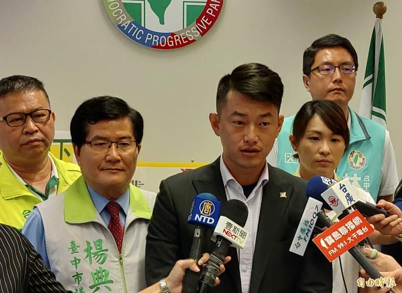 台中市第2選區立委參選人陳柏惟駁斥空降說,並表示,國民黨才是空降。(記者張菁雅攝)