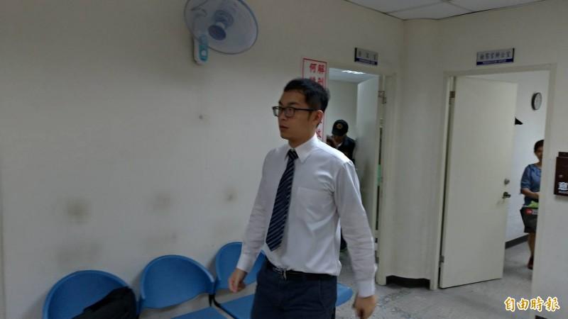 台南地檢署檢察官陳冠霖(圖中)到南市殯葬所相驗中槍身亡的王姓男子大體。(記者王俊忠攝)