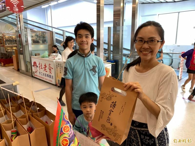 中元普度快到了,新竹市今年推出「薄金包2.0環保護符版」,除更環保,也與公益團體合作,讓民眾拜拜做環保外,也能做公益,一舉數得。(記者洪美秀攝)