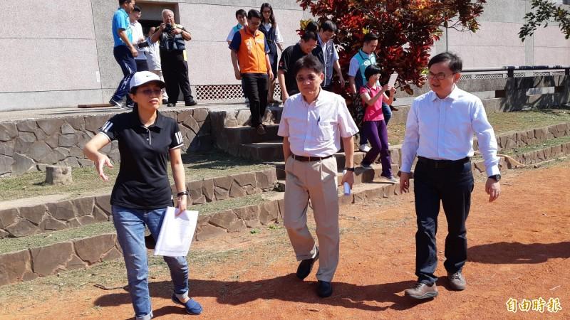 立委劉櫂豪(右)今年4月30日邀體育署長高俊雄(中)到台東會勘體育設施。 (記者黃明堂攝)