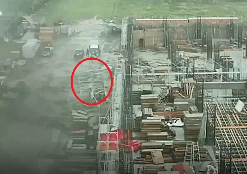 彰化番花路工地,直擊龍捲風過境,部分鷹架被吹倒在地。(圖擷取自「彰化踢爆網」)