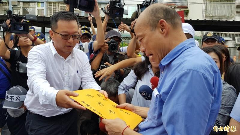 君鴻酒店董事長張慶輝(左)向市長韓國瑜(右)遞交陳情書。 (記者陳文嬋攝)