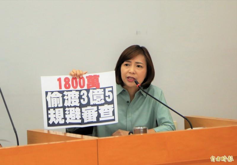 民進黨市議員陳淑華抨擊市府偷渡台灣燈會預算,規避議會審查。(記者張菁雅攝)