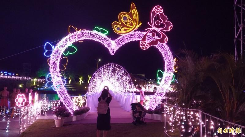 宜蘭七夕情人節的光廊鵲橋,將延長到18日。(資料照,記者江志雄攝)