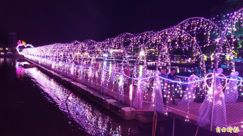 入夜後的宜蘭七夕光廊鵲橋,宛如水上銀河。(資料照,記者江志雄攝)