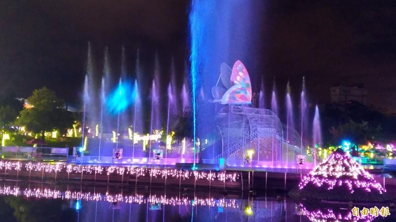 宜蘭七夕光廊鵲橋旁的童玩節夜間燈光秀。(資料照,記者江志雄攝)