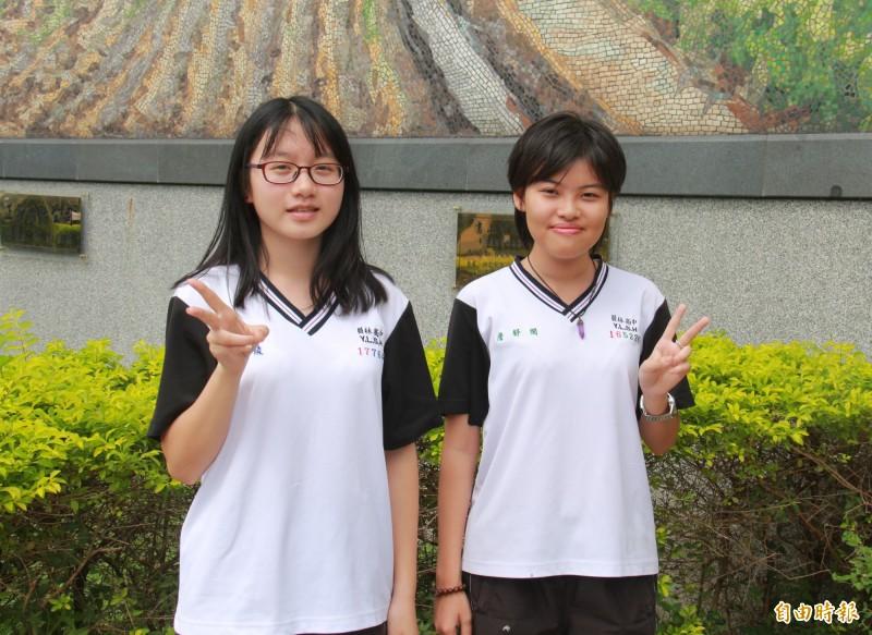 員林高中學生詹舒閔(右)負責編劇導演、曹芷綾(左)拍攝剪接,第一次合作就獲獎。(記者陳冠備攝)