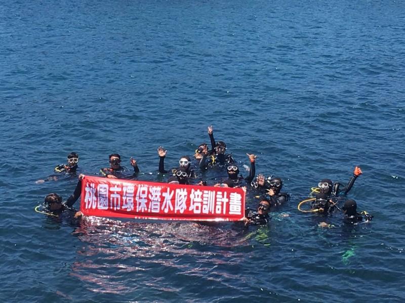 首批桃園市環保潛水隊的20名隊員於今年5月完成受訓。(桃園市政府環境保護局提供)