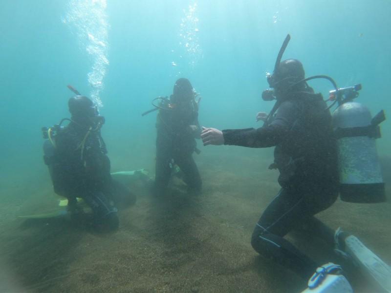 訓練過程均聘請具有國際潛水證照專業教練及合法場域進行潛水授課。(桃園市政府環境保護局提供)