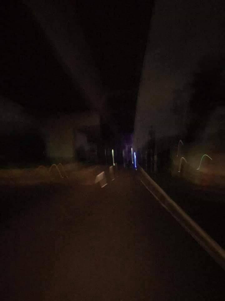 台電電線桿上設備今夜驚傳爆炸,高市八八快速道路橋下停電。 (擷取自大寮543臉書)