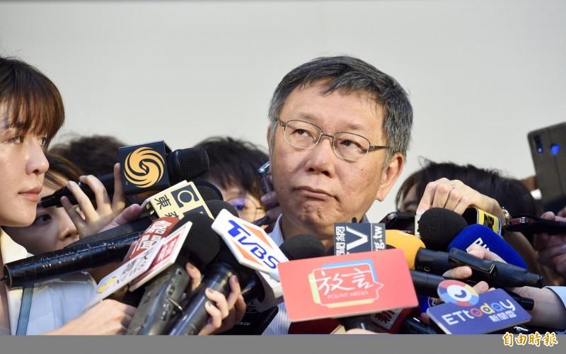 台北市長柯文哲12日出席「台北與我好好慢老」記者會,宣示在熟齡人口快速成長的台北,北市府會持續提供更完善的銀髮服務系統,讓長者可以在台北好好慢老。會後柯文哲接受媒體訪問。(記者羅沛德攝)