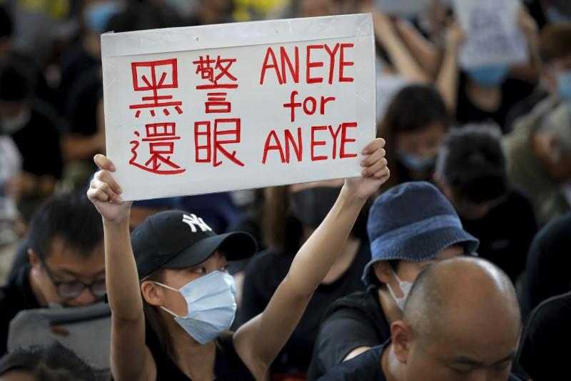 香港特別行政區政府政務司司長張建宗剛剛在警方記者會中表示,希望媒體能盡快離開機場;外界揣測,警方極可能將採取清場行動。(美聯社)