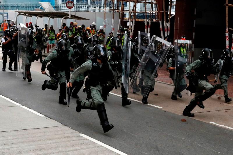 香港政府祭出大量黑警鎮壓示威者,「無差異性鎮暴」手法引發民眾恐慌。(路透)