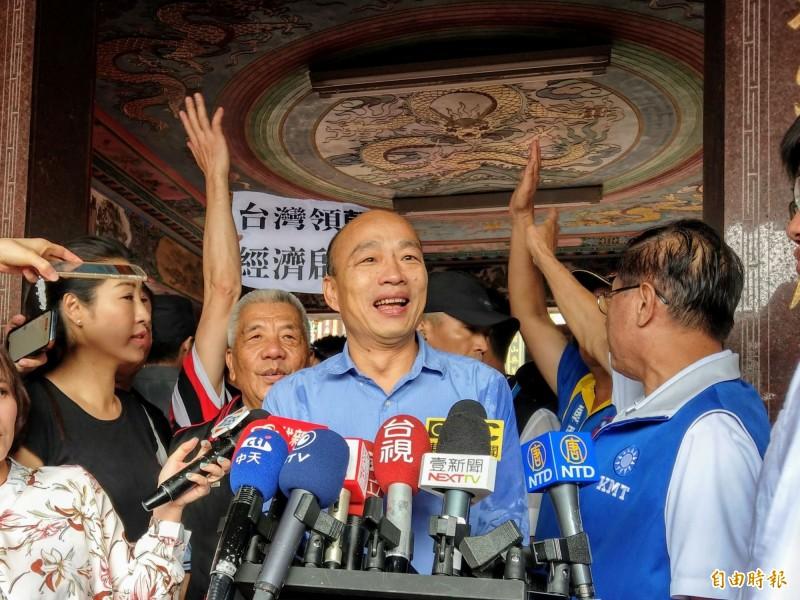 國民黨總統參選人韓國瑜11日被問到台灣飲料店相繼向中國輸誠問題時,竟回一句「統一回答」就轉頭離開,沒想到聽到一旁粉絲高喊「韓總統」就轉頭回去,影片曝光也遭網友批評,「真是遇到中共就軟掉,碰到權力就愛不釋手」。(資料照)