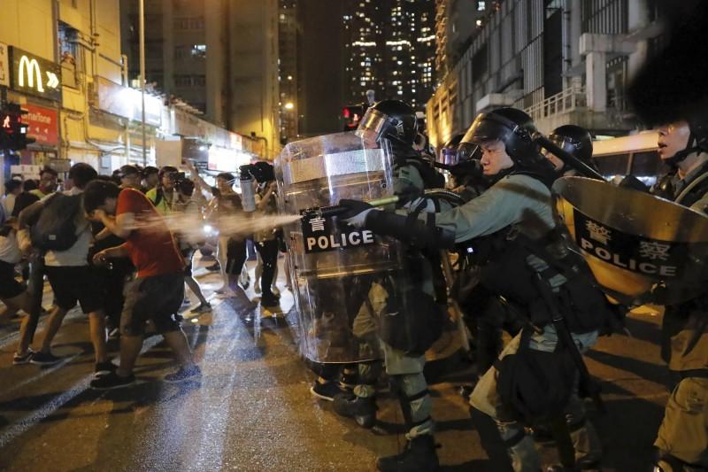 香港811夜晚爆發多起警民嚴重流血衝突。(美聯)