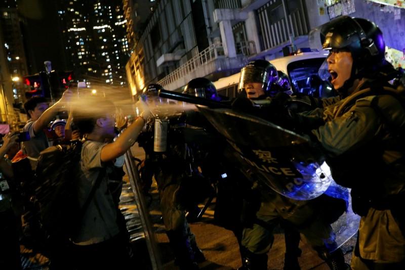 香港811夜晚爆發多起警民嚴重流血衝突。(路透)