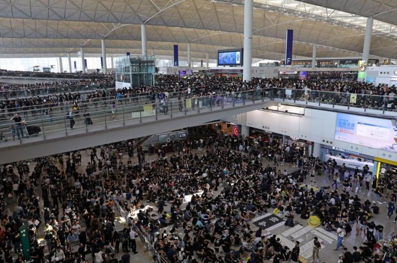 香港機場還有數千名抗爭者在示威,黃之鋒透露現場沒有斷網。(彭博)