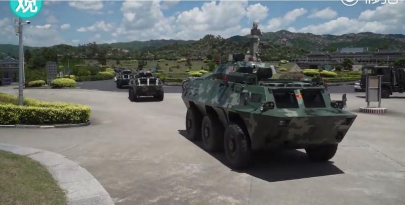 中國人民日報轉貼觀察者網PO出的一段影片,聲稱是民眾拍攝到大批武警裝甲車隊在深圳集結,針對敏感的香港情勢無疑是意在言外。(圖擷自GuanchaNews觀察者網 YouTube)