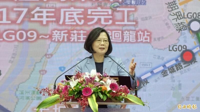 總統蔡英文今日前往視察捷運萬大線二期工程,對於香港局勢,也在臉書上表示「只要有我在,不用擔心台灣變成第二個香港」。(記者叢昌瑾攝)