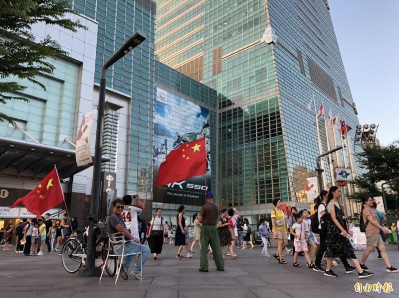 台灣時常有民眾在人潮洶湧的公眾場所舉五星旗。(即時新聞組攝)