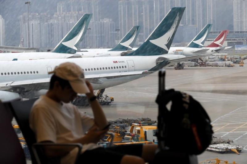 黃之鋒人在香港國際機場,向外界透露現場狀況。圖為當地旅客。(美聯社)