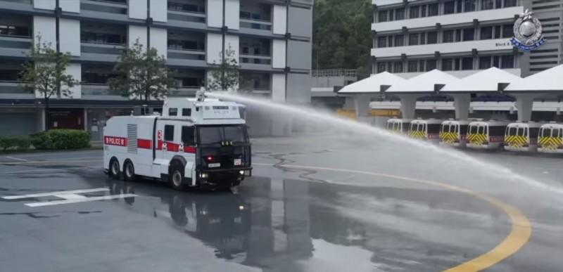 今港警邀請媒體與議員在總部參觀水砲車示範。(圖擷自臉書「香港警察 Hong Kong Police」)