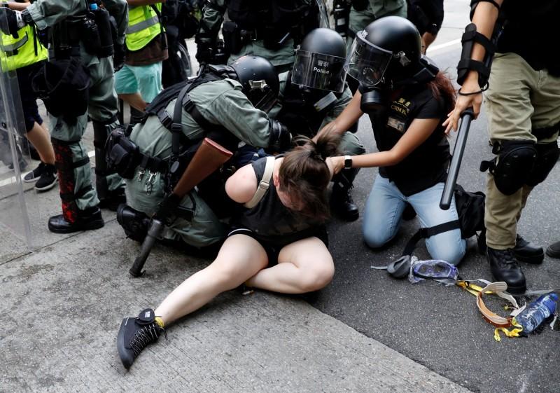 香港警察昨武力鎮壓反送中示威人士,連8歲兒童也受傷送醫。圖為港警逮捕示威者。(路透)