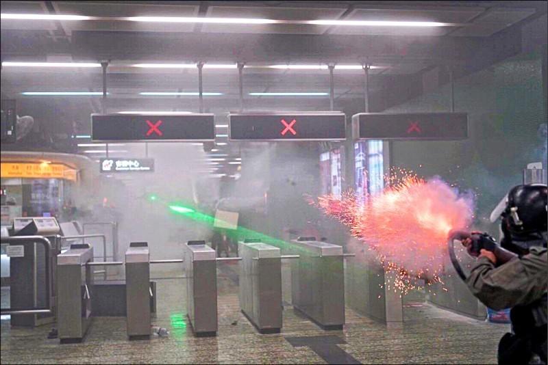 香港警方昨日發生多起執法爭議,有警員在港鐵葵芳站室內發射催淚彈及橡膠子彈,波及一般乘客,人權團體與醫學專家都批評警方此舉明顯失當。(照片取自網路)