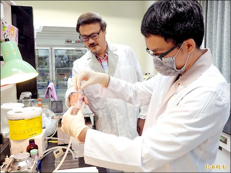 中正大學生物醫學科學系教授張德卿(左)的「JC類病毒殼體」研究,今年七月刊登於全球國際知名期刊《癌症基因治療(Cancer Gene Therapy)》。(記者林宜樟攝)