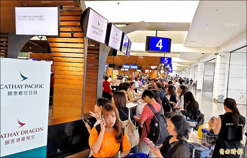 香港機場管理局昨午宣布暫時關閉,並取消昨天下午6時至今日上午8時所有航班起降,光是台港航線就有65架次遭取消,影響逾萬人。(記者姚介修攝)